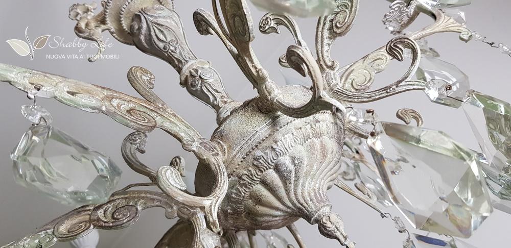 lampadario antico con gocce di cristallo